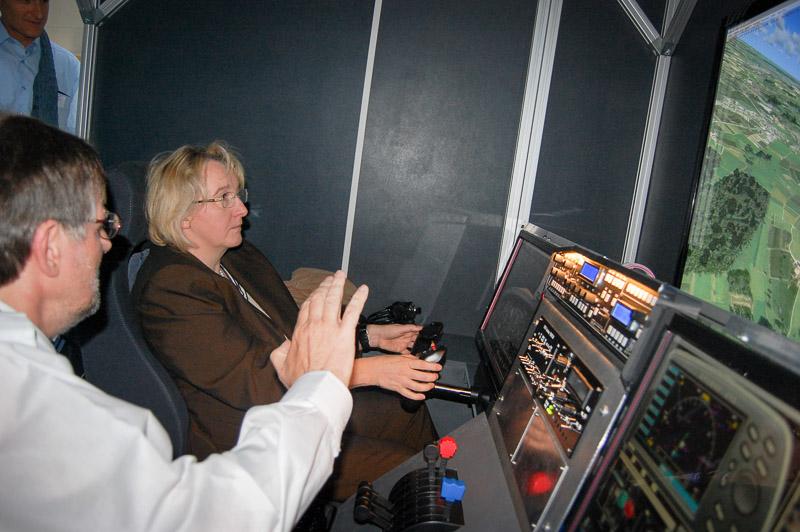Wissenschaftsministerin Theresia Bauer testet den FlightSim Konstanz im Oktober 2011