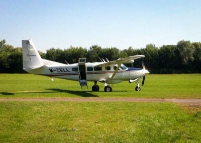 Diese Cessna Caravan ist ein universelles Geschäftsflugzeug (bis zu 9 Passagiere), welches auch auf kurzen Grasplätzen bestens operieren kann. Das abgebildete Flugzeug ist beinahe wöchentlich zu Gast in Konstanz.